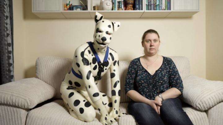 """Maak kennis met David die leeft als een echte hond – """"Ik laat hem elke dag uit"""""""